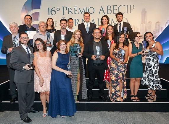 Os jornalistas vencedores da noite fazem foto com o presidente da Abecip, Gilberto Duarte