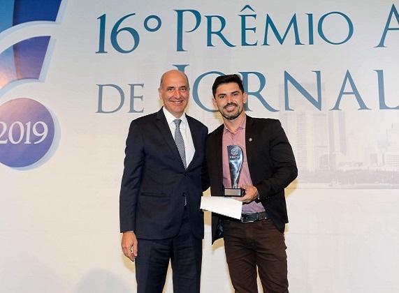 """Basílio Jafet, Presidente Do Secovi São Paulo, entrega o prêmio para Daniel Barbosa Silva, da Rádio Correio Am 1200, de Maceió, pela matéria """"Canteiros que Reconstroem Vidas"""""""