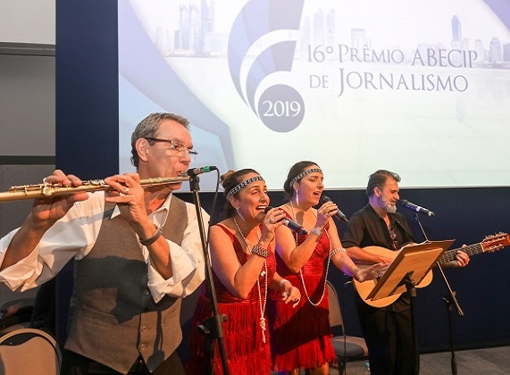 Os Trovadores Urbanos durante o 16º Prêmio Abecip de Jornalismo