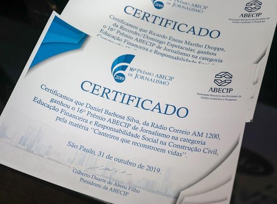 Certificados entregues aos vencedores do 16º Prêmio Abecip de Jornalismo