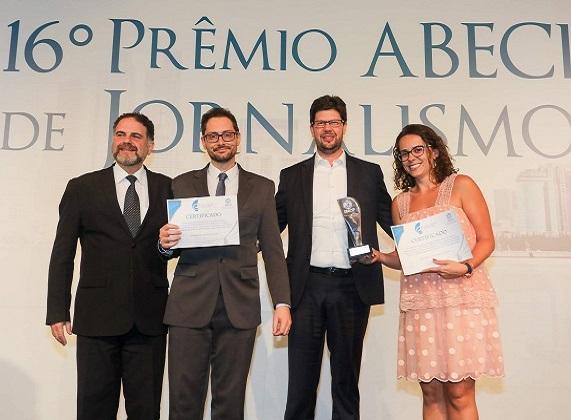 """Marcelo Potenza, do Safra, e Adriano Pahoor, da B3, premiam Circe Bonatelli e Aline Bronzati, da Agência Estado: """"Crédito Imobiliário com IPCA Reduz Parcela, mas Dívida Sobe"""
