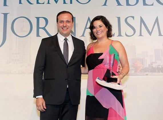 Luiz Alberto Valadão Junior, representando a diretoria do Banco do Brasil, entrega  o troféu a Raphaela Ribas, de