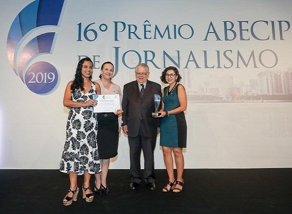 Fabio Pahim, da Revista do SFI. e Cristina Canas, jurada do 16º Prêmio, entregam troféu a Queila Ariadne Batista e Ludmila Pizarro, do jornal O Tempo