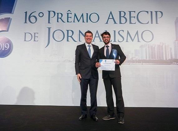 O Presidente da Abecip, Gilberto Duarte, entrega troféu a Rodrigo Gomes, Editor-Executivo do Jornal Extra por Veículo do Ano