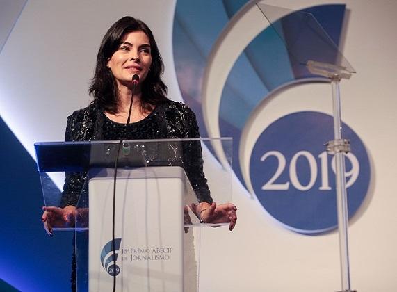 A mestre de cerimônias Renata Jabali apresenta o 16º Prêmio Abecip de Jornalismo