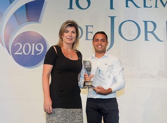 Cristiane Magalhães Teixeira Portella entrega prêmio a Lucas Moraes, do Jornal do Commercio, de Pernambuco, pela matéria