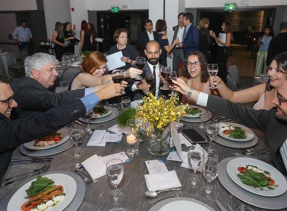 Jornalistas premiados brindam durante jantar do 16º Prêmio Abecip