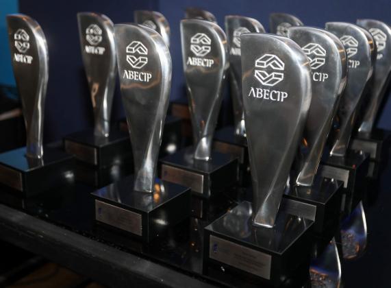Troféus do 16º Prêmio de Jornalismo entregues aos profissionais vendedores