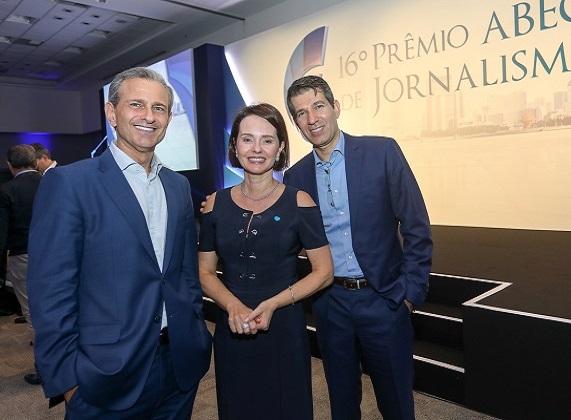 Patrícia André de Camargo Ferraz, representando a Arisp, entre convidados do 16º Prêmio de Jornalismo